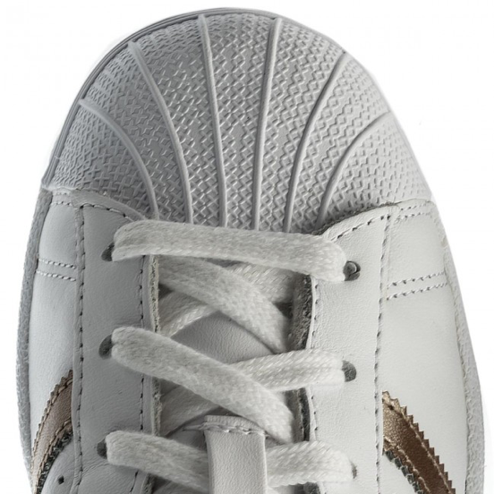 Gumowy czubek w adidas Superstar nazywany jest Shell, czyli Muszlą