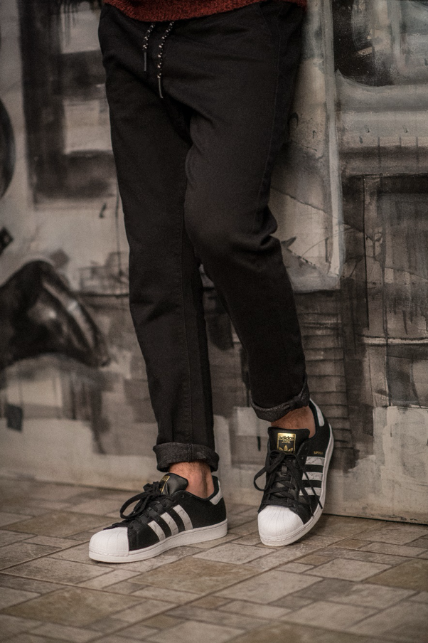 adidas Superstar w stonowanej stylizacji
