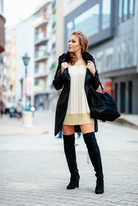 Modelka w czarnych muszkieterkach
