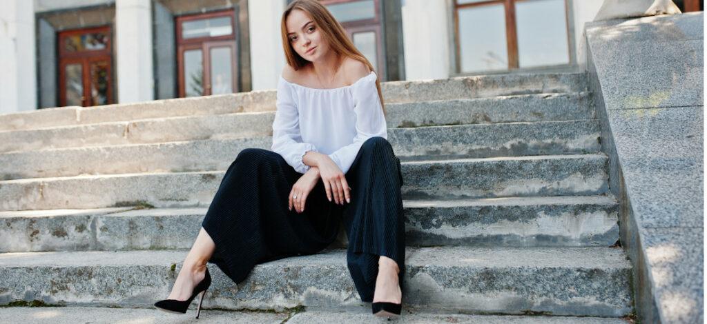 modelka w szerokich spodniach i szpilkach