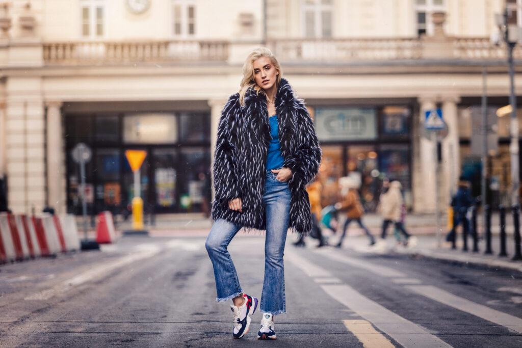 modelka w dzwonach i butach adidas Falcon