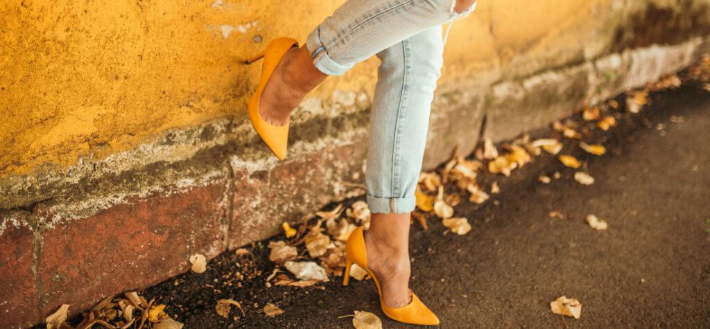 Żółte szpilki i jeansy z dziurami