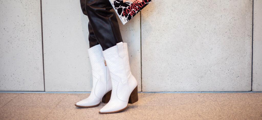 Białe kowbojki i skórzane spodnie