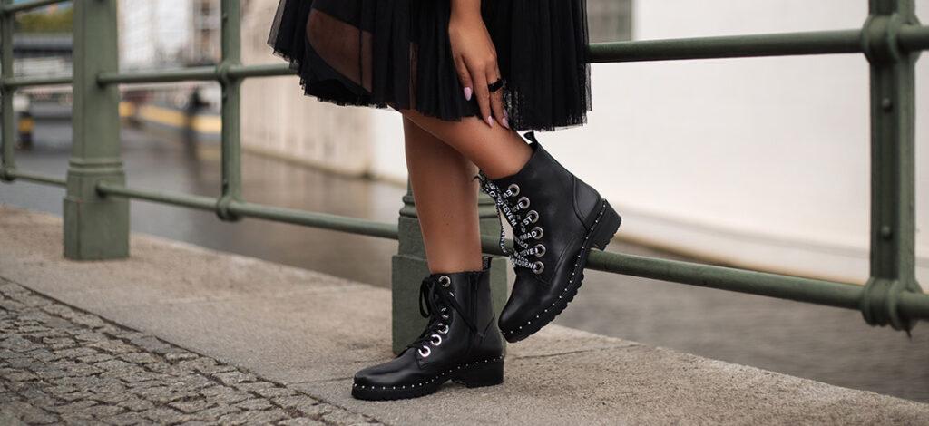 Czarne płaskie botki z sukienką