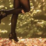 Czarne botki na koturnie w stylizacji jesiennej