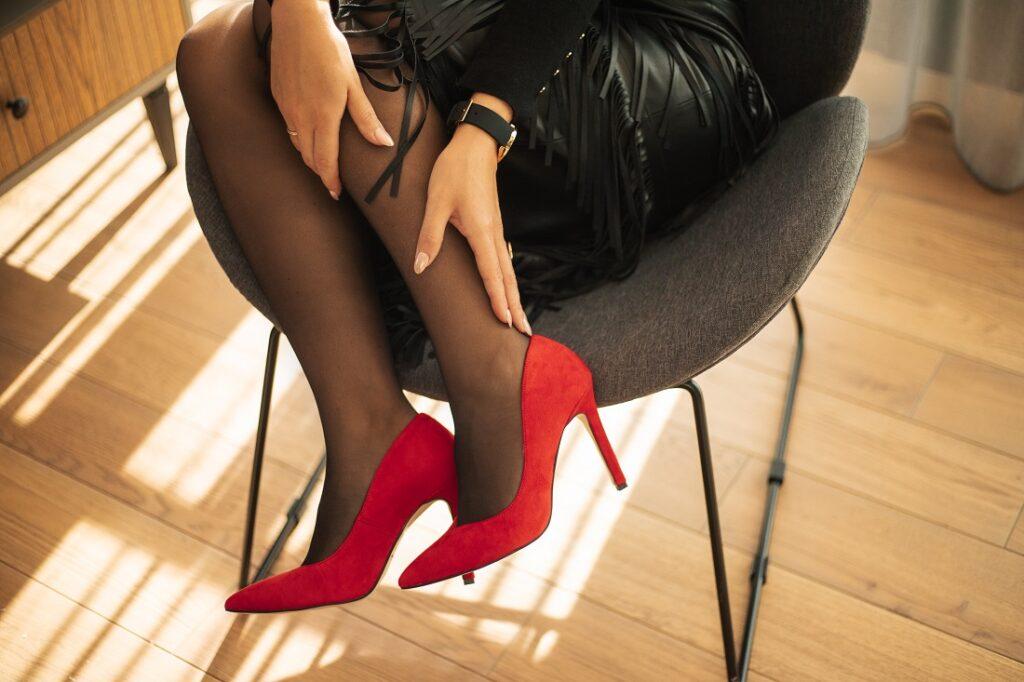 Czerwone szpilki zamszowe w stylizacji w czarnym kolorze