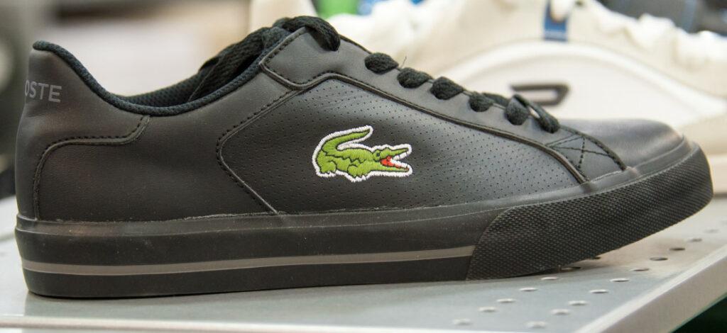 czarne buty lacoste