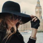 Stylizacja z czarnym kapeluszem