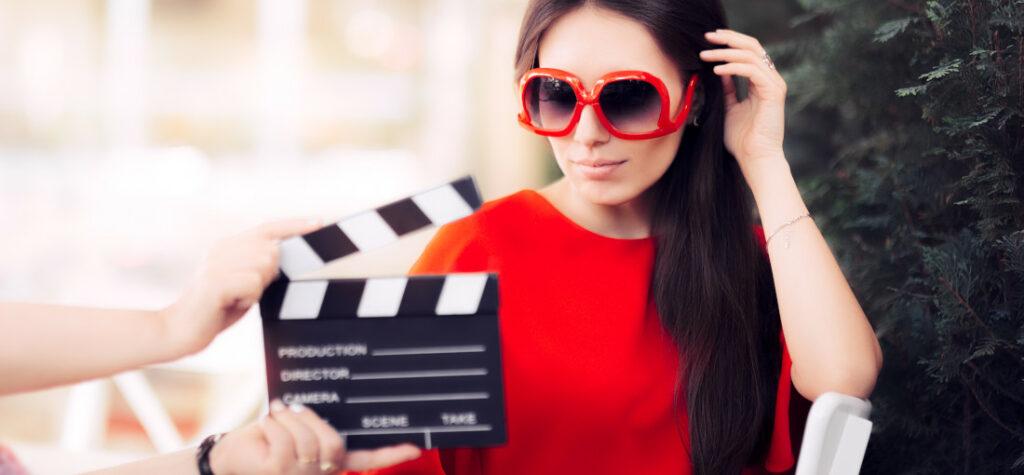 Brunetka w czerwonej sukience i okularach przeciwsłonecznych