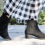 Czarne kowbojki i sukienka w kratkę