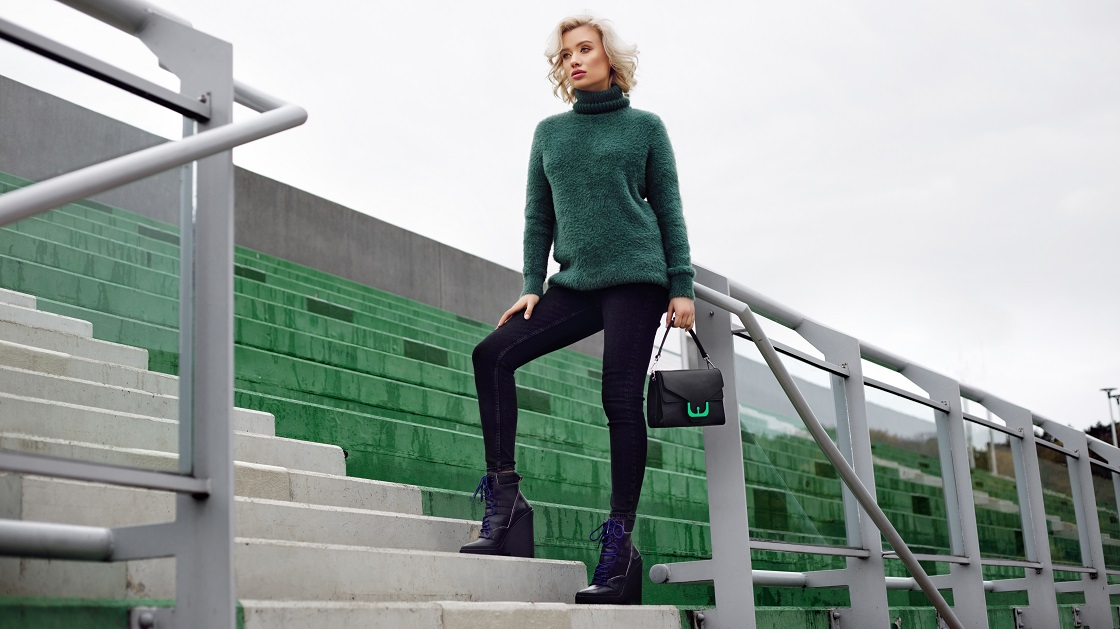 Kobieta w botkach na koturnie