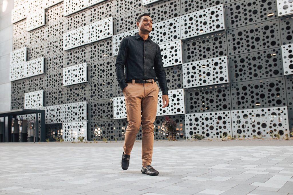 Stylizacja męska z czarnym paskiem i mokasynami