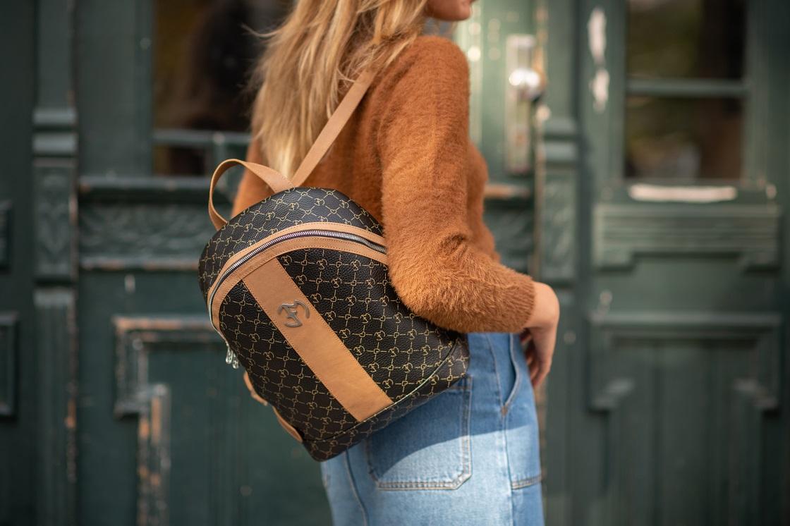 Stylizacja z plecakiem damskim z monogramem