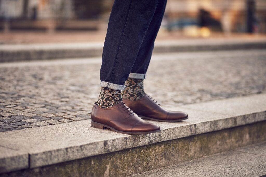 Kolorowe skarpetki męskie w stylizacji z jeansami i póółbutami