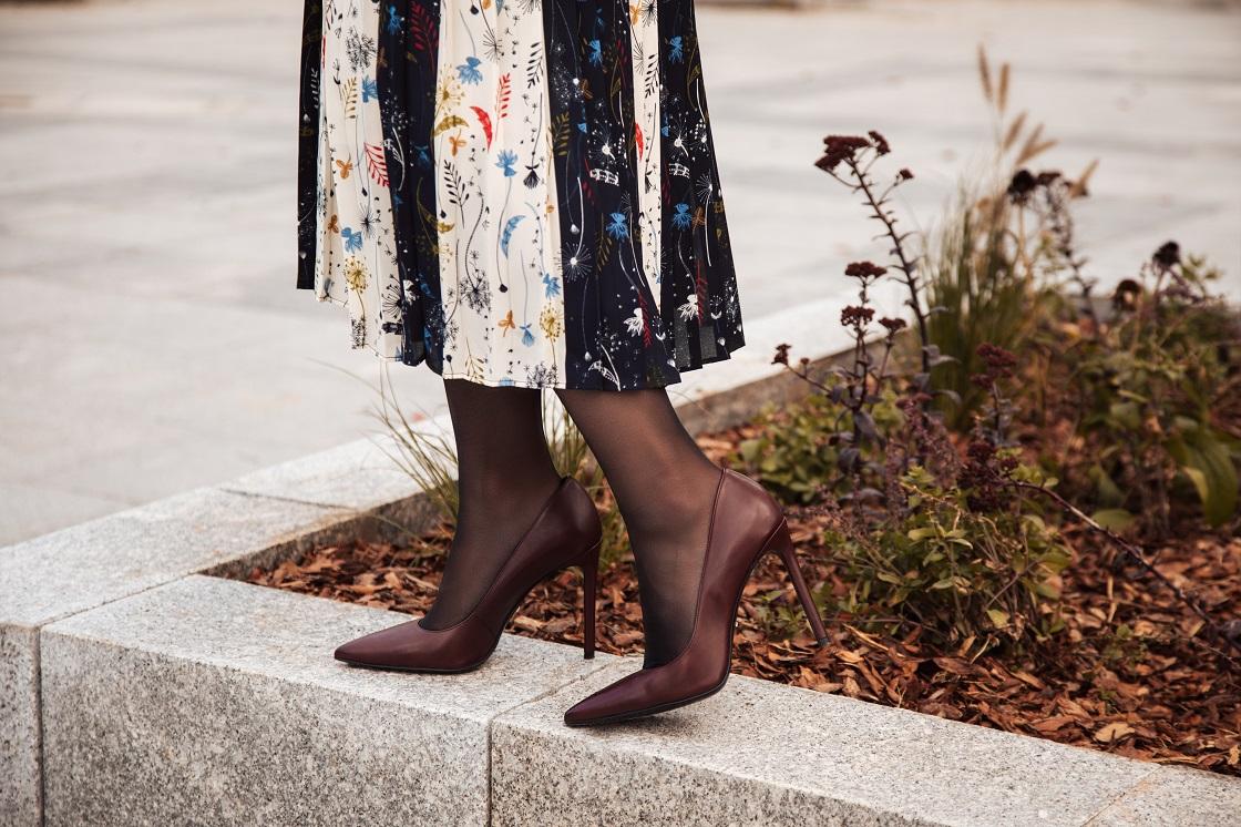 Stylizacja z plisowaną spódnicą i brązowymi szpilkami