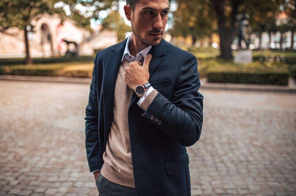 Mężczyzna w stylizacji smart casual ze skórzanym zegarkiem.