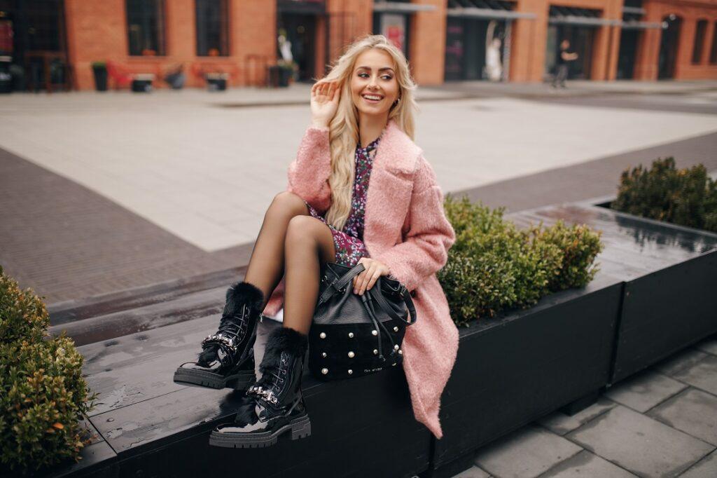 Stylizacja z workerami damskimi i różowym płaszczem