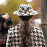 kobieta w kapeluszu w kratkę