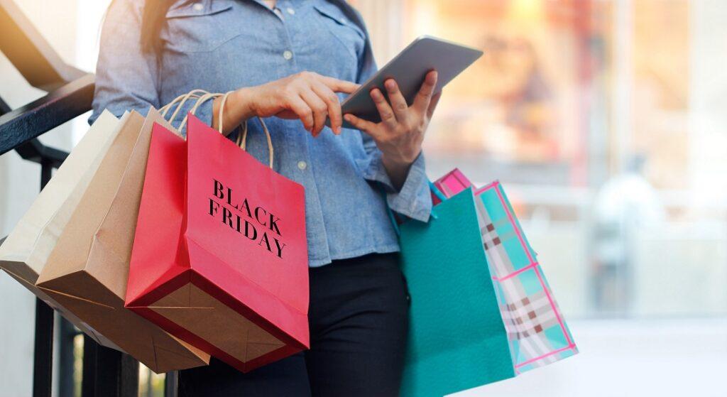 Kobieta z zakupami na Black Friday