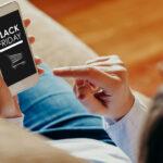 Mężczyzna robiący zakupy online na Black Friday