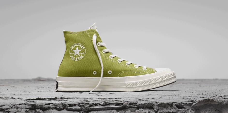 Converse nie zmienia stylistyki kultowych trampek, ale robi je z materiału pochodzącego ze starych jeansów