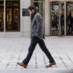 Mężczyzna w płaszczu i zimowych butach