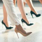 kobiece nogi w butach na obcasie