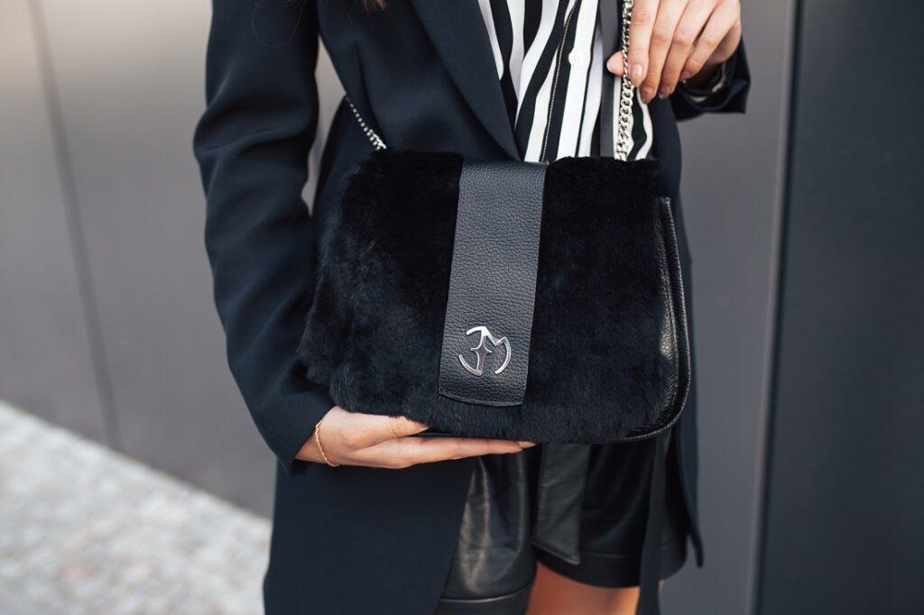 Czarna torebka damska z futerkiem Eva Minge