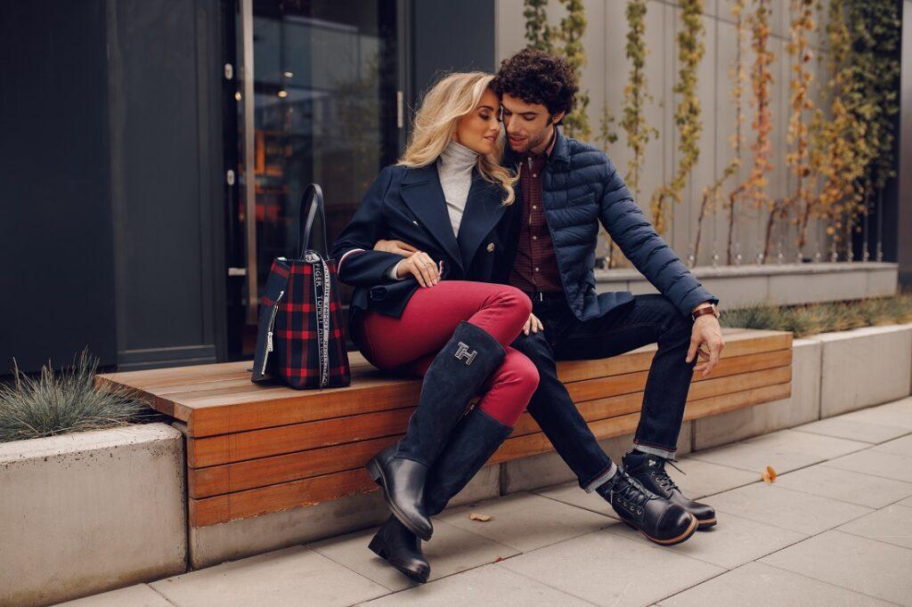 Stylowa para na ławce