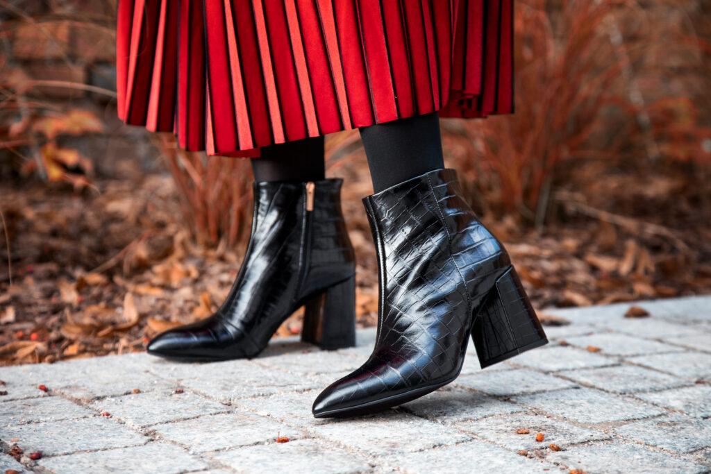modelka w czerwonej spódnicy i czarnych botkach