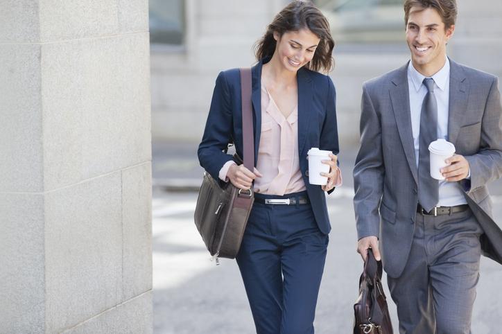 kobieta i mężczyzna ze skórzany torbami na laptopa