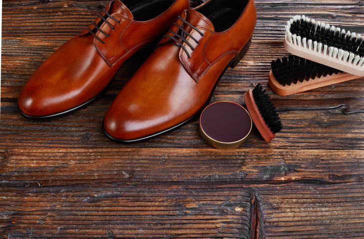 skórzane buty, pasta do butów i szczotki do butów
