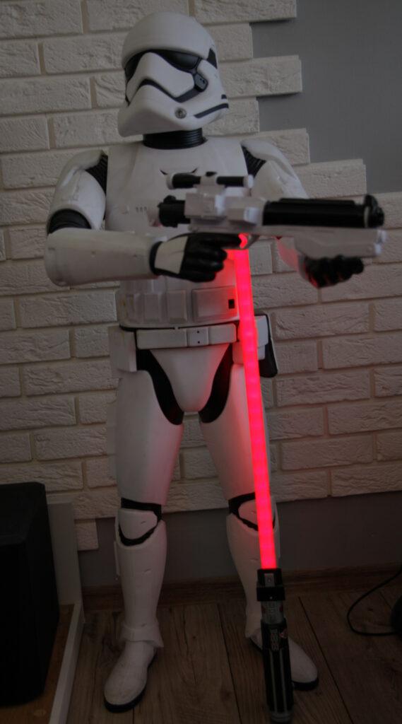 Figurka Storm Troopera z Gwiezdnych Wojen (120 centymetrów) oraz Miecz Świetlny.