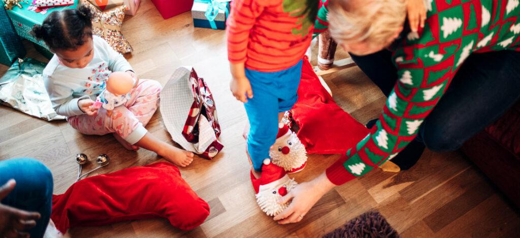 dziecko w świątecznych kapciach