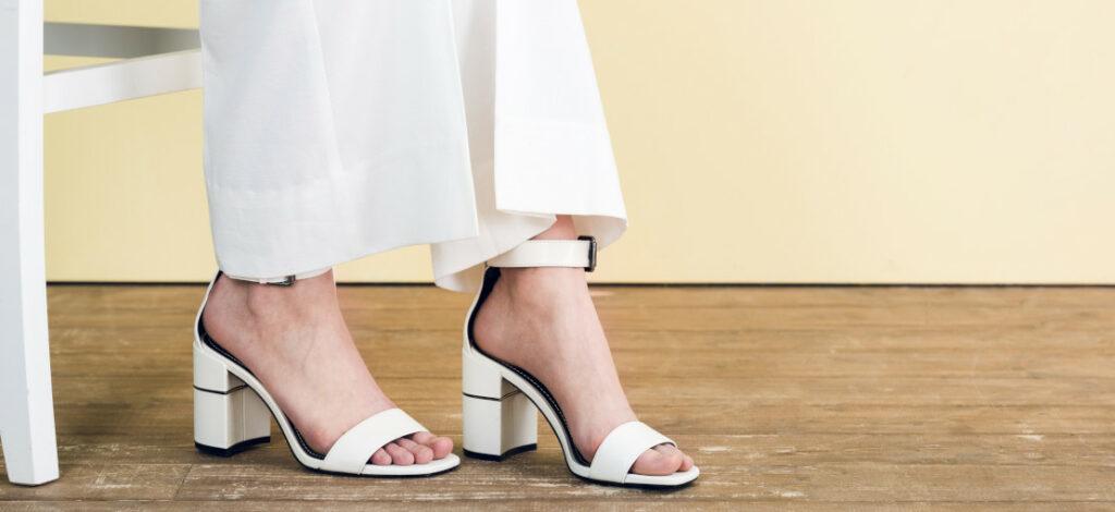 białe sandały na nogach