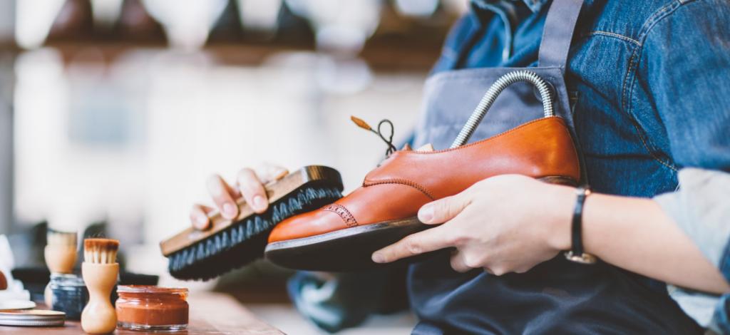 mężczyzna pastujący buty