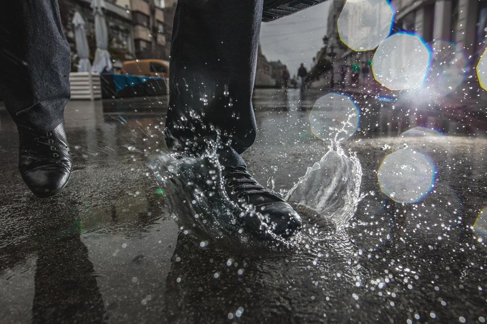 przemoczone sneakersy