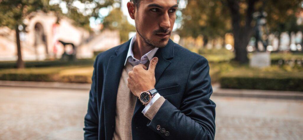Mężczyzna w eleganckiej stylizacji z zegarkiem