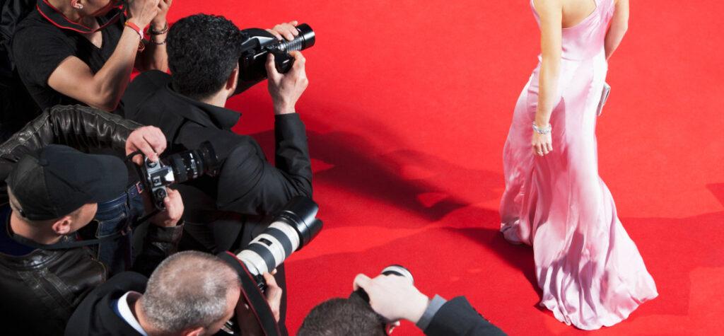kobieta na czerwonym dywanie