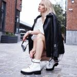 kobieta w przejsciowych butach