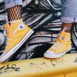 żółte trampki marki converse