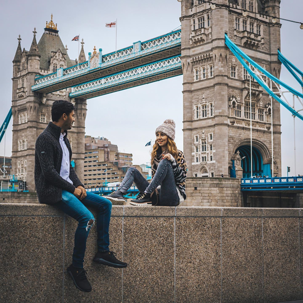 Para na tle Tower Bridge w Londynie