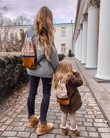 Mama i corka w podonych stylizacjach z plecakami workami