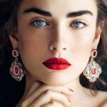 kobieta w biżuteryjnych dużych kolczykach