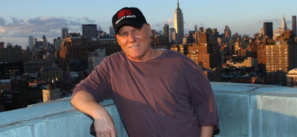 Steve Madden na dachhu budynku w Nowym Jorku