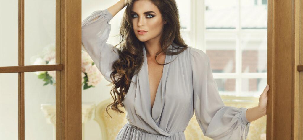 Kobieta w szarej sukience