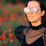 Dziewczyna w okularach przeciwsłonecznych na łące