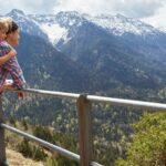 Mama z synem patrzą na górski krajobraz