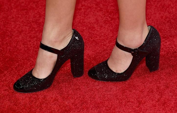 buty mary jane czółenka z paskiem czarne błyszczące na nogach