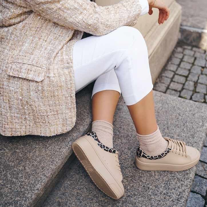 sneakersy melissa beżowe na nogach